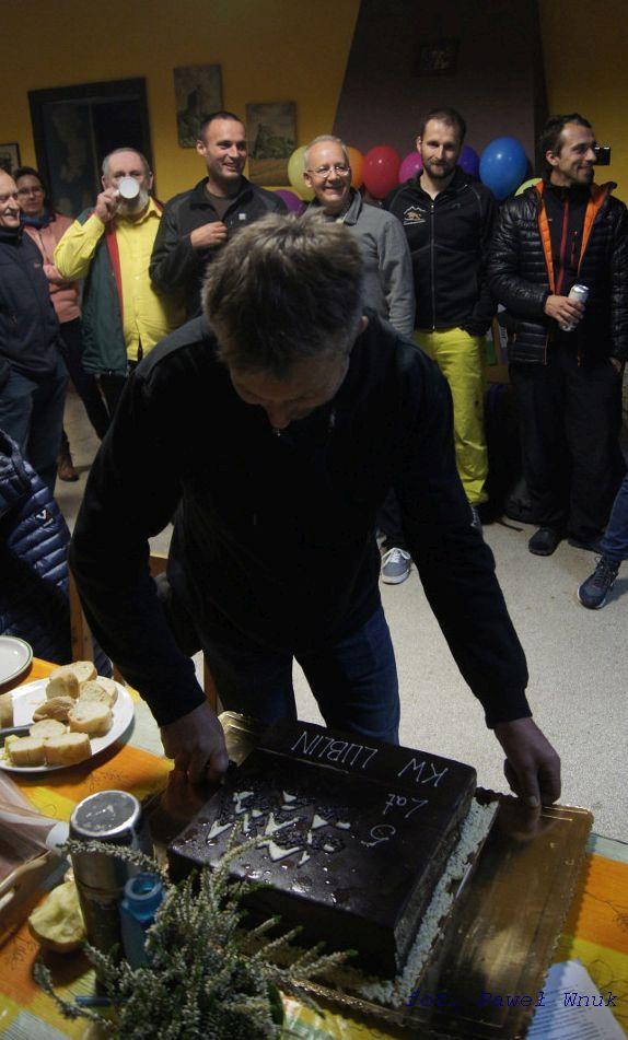 Obowiązki wzywają - prezes kroi tort.