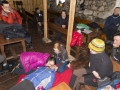 Po zmroku zajęcia przenosiliśmy się budynku schroniska. Tutaj zajęcia z pierwszej pomocy.