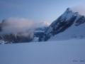 Świt na uszbijskim plateu. W oddali widać Elbrus.